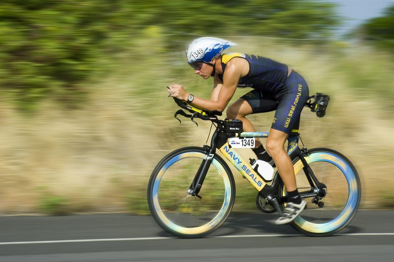 Ciclista con bici da crono